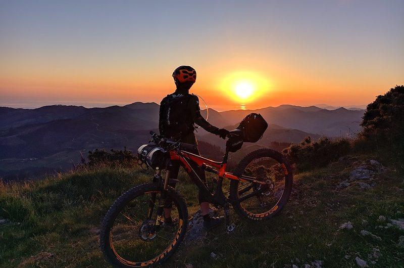 Kalamua en bicicleta bajo las estrellas